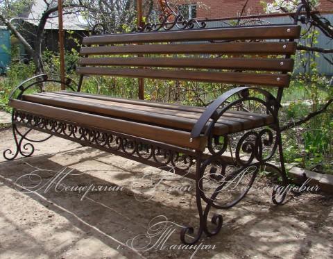Красоту и обаяние Вашего церковного двора дополнят вышедшие из рук наших мастеров уникальные кованые парковые скамейки.